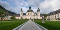 Kloster Ettal mit dem neu gestalteten Innenhof, in dem es auch einen Planetenweg gibt. Rechts im Bild ist die Schwedensäule zur Erinnerung an den Schwedeneinfall im 30jährigen Krieg 1632 zu sehen.