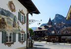 Oberammergau<br />© www.zugspitz-region.de, Foto: Wolfgang Ehn<br />Die Ausstellung wurde in die Zugspitz-Region verlegt, denn der Landkreis Garmisch-Partenkirchen ist stark durch den Wald geprägt. Hier finden sich 16 Naturschutzgebiete und acht Landschaftsschutzgebiete. Knapp 50% der Fläche des Landkreises sind Wald. Die Planungen für einen Naturpark Ammergauer Alpen sind in der konkreten Umsetzungsphase.