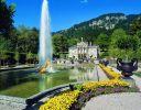 Schloss Linderhof<br />© Bayerische Schlösserverwaltung, Foto: K. Rainer<br /><br />Bauprojekte für Linderhof verfolgte König Ludwig II. schon ab 1868. Innerhalb mehrerer Jahre ließ der König das ehemalige Försterhäuschen seines Vaters Maximilian II. zu einem Schloss umbauen. Allmählich wurde der Almhüttenbau zur königlichen Villa. Die letzte Umbauphase des Schlosses erfolgte 1885/86. Linderhof war somit das einzige Bauwerk dessen Vollendung König Ludwig II. kurz vor seinem Tod 1886 noch erlebte.<br />Die Innenräume sind prunkvoll ausgestattet. Die mystische künstliche Venusgrotte wird derzeit renoviert – seit 2016 und es wird wohl noch bei 2022 dauern und viele Millionen Euro kosten.<br />