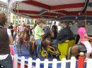 diese Kinder ganz privat auf Karussell-Pferdchen ...