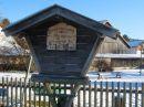 Auf dem Spielplatz im Andechser Machtlfing ist ein Stück Maibaum in einem Turngerät erhalten.
